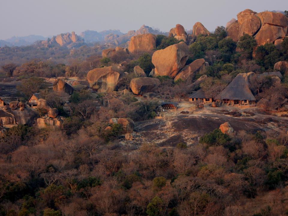 Blick auf die Lodge und Big Cave Anwesen, mit dem Nationalpark im Hintergrund.