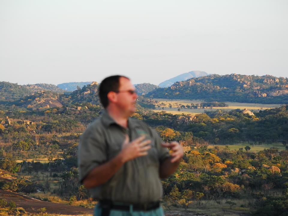 Majestätische Sicht auf die Matobo-Hügel, während der Spezialführer Paul Hubbard von Camp Amalinda die Geschichten vergangener Zeiten erzählt.