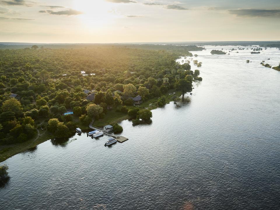 Eingebettet am Ufer des mächtigen Zambesi Flusses