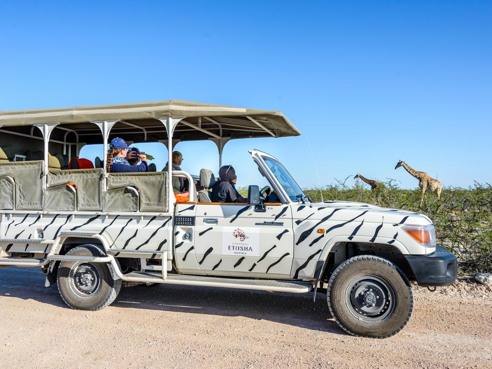Ein 9-Sitzer-Ausflugsjeep der Etosha Safari Lodge
