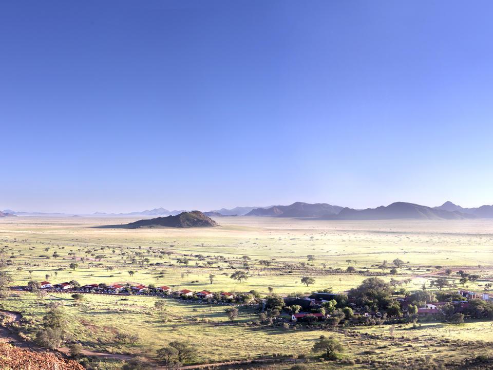 Die Namib Desert Lodge erstreckt sich am Fuß der versteinerten Dünen der Namibwüste.