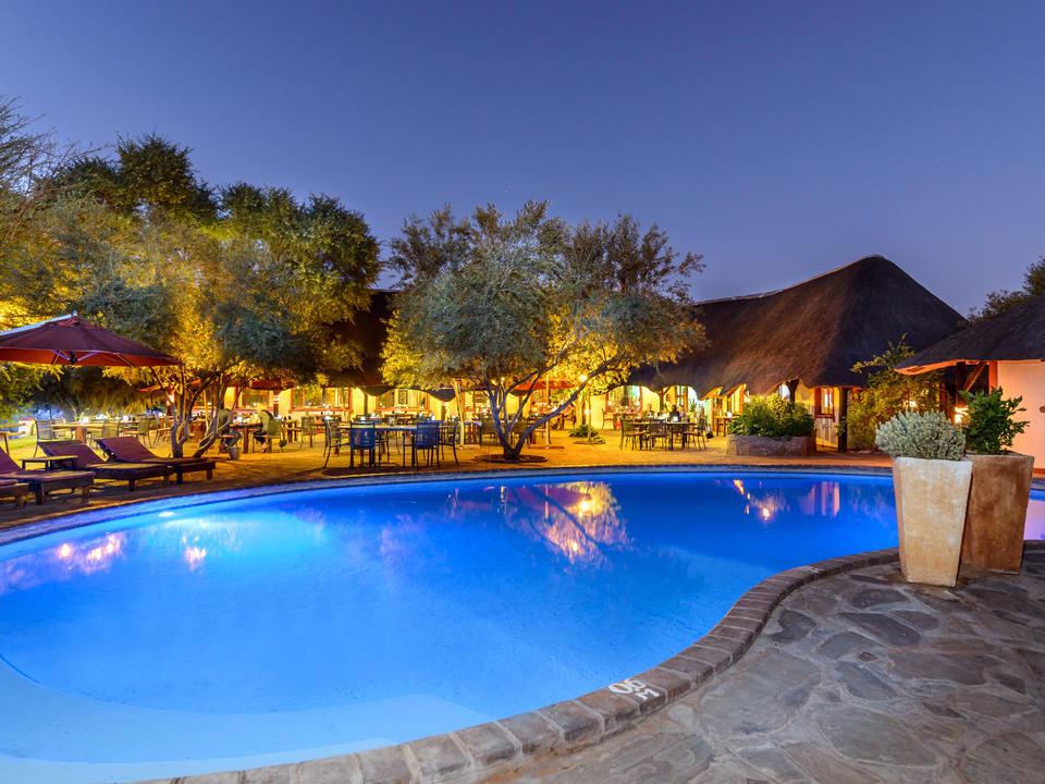 Poolbereich in der Abendstimmung