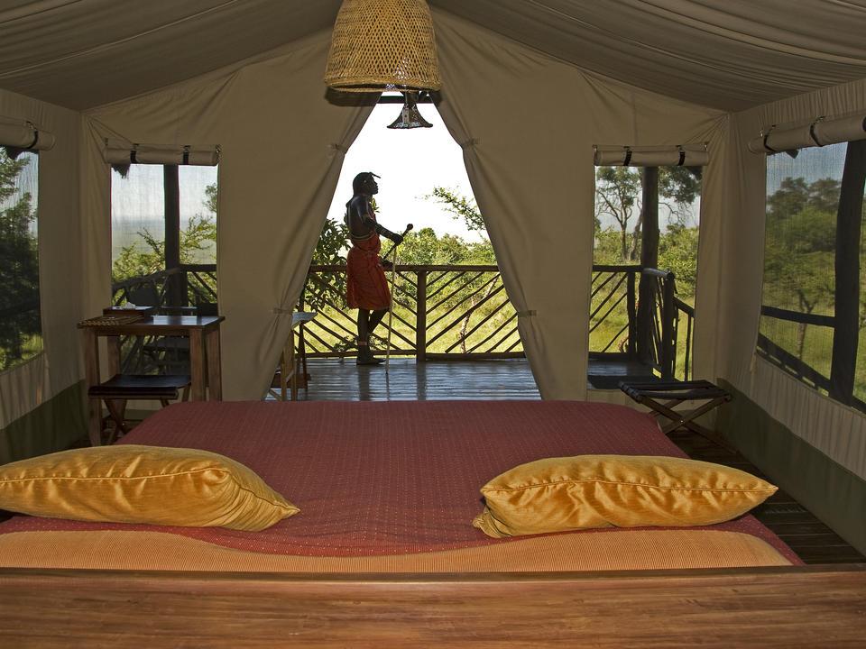 gebaut auf einer Holzplattform mit einer großen Holzveranda • ausgestattet mit einem hochwertigen Kingsize-Bett/Twin-Betten, Nachttischen, Leselampen und einer kleinen Sekretärin; Masera-Steine konstuzierte Badezimmer