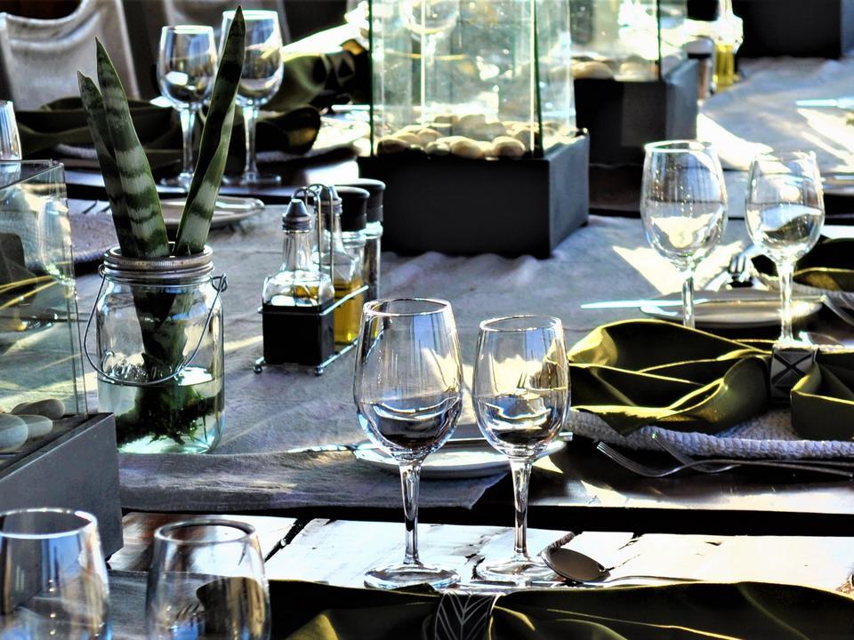 Die gedeckte Tisch zum Abendessen