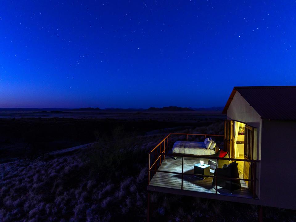 Die Nacht legt sich über die Wüste.