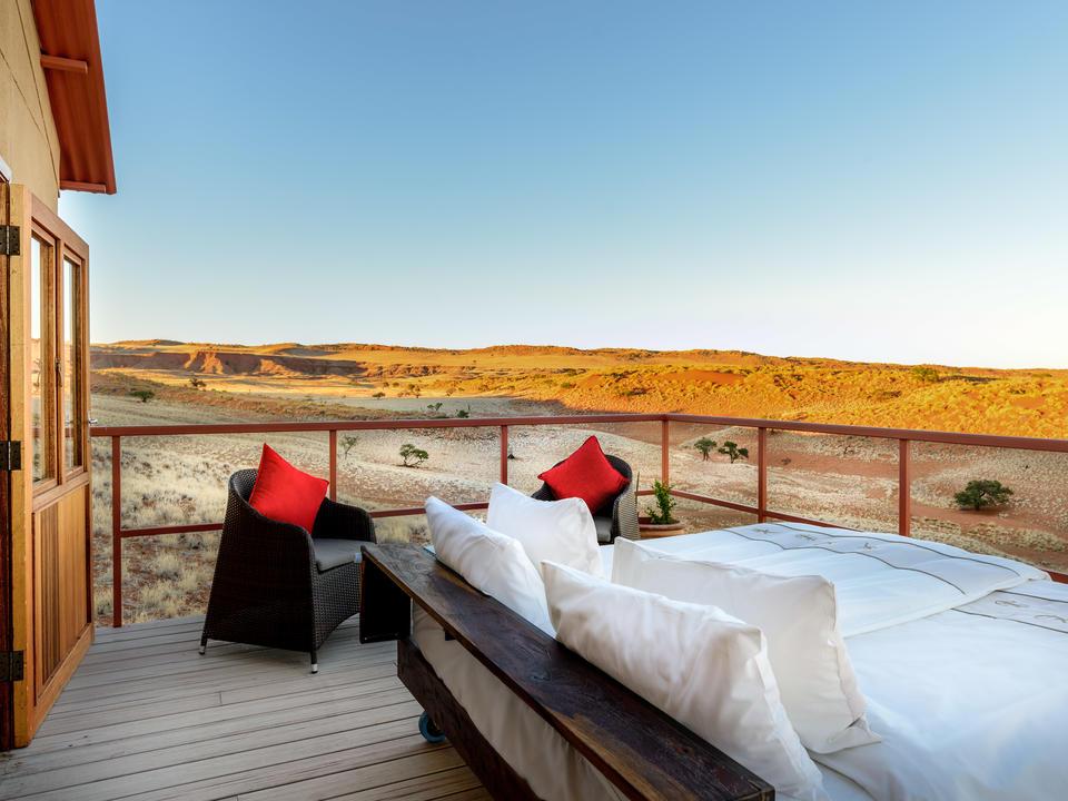 Willkommen im Namib Dune Star Camp! Jeder Bungalow bietet von der Veranda einen uneingeschränkten Blick auf die spektakuläre Landschaft. Abends heißt es Betten rausrollen für eine selige Nacht unter dem sagenhaften Sternenhimmel der Wüste.
