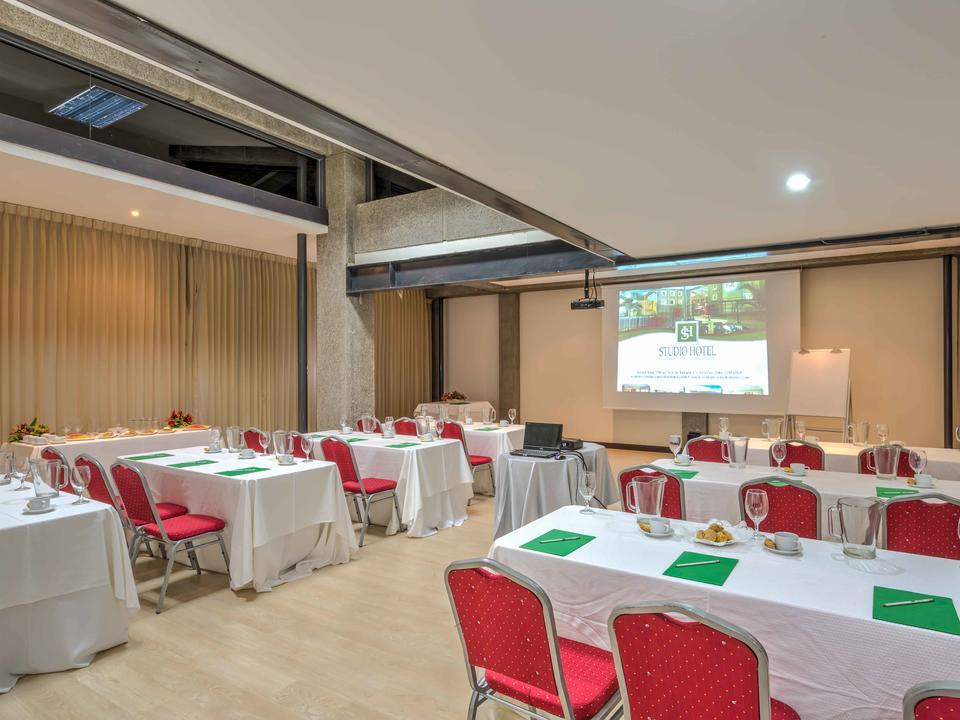 Konferenzräume (Gesamt 2, einer für 25 Personen und anderer für 80 bis 100 Personen)