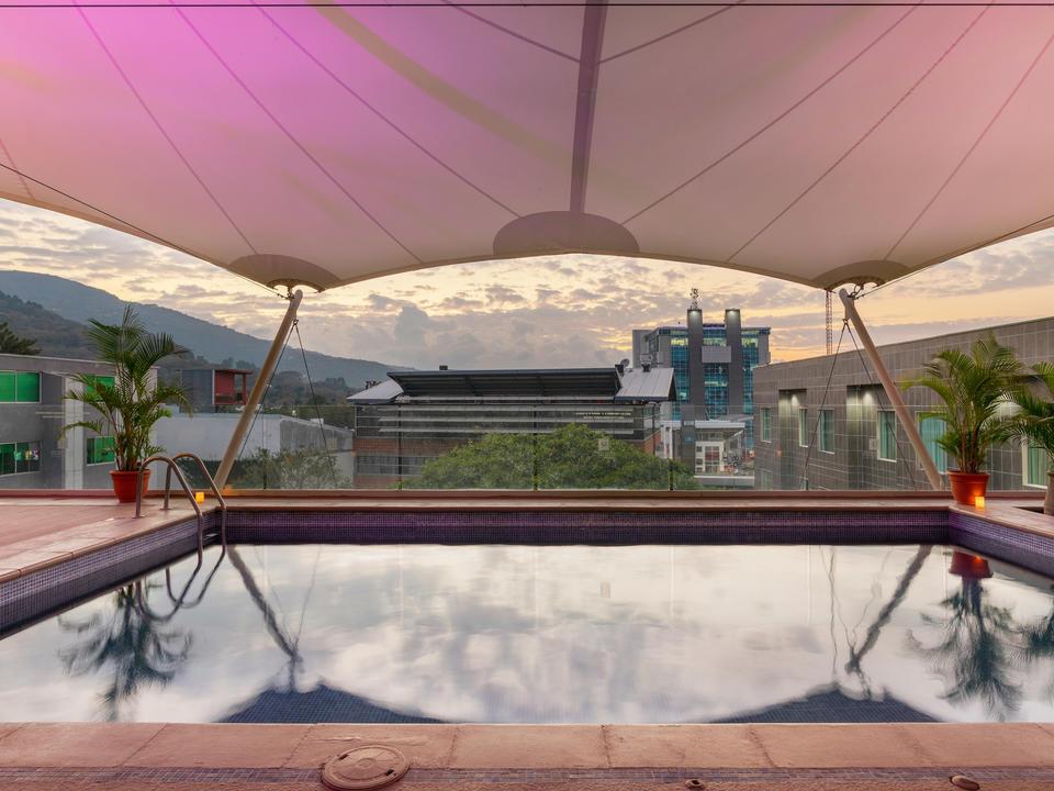 Swimmingpoolbereich im Studio Hotel