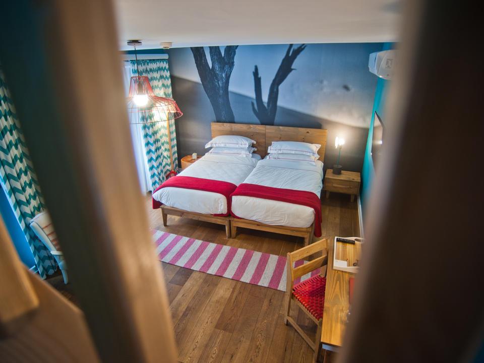 Loftzimmer für Familien mit einem Doppelbett im unteren Zimmerbereich und ...