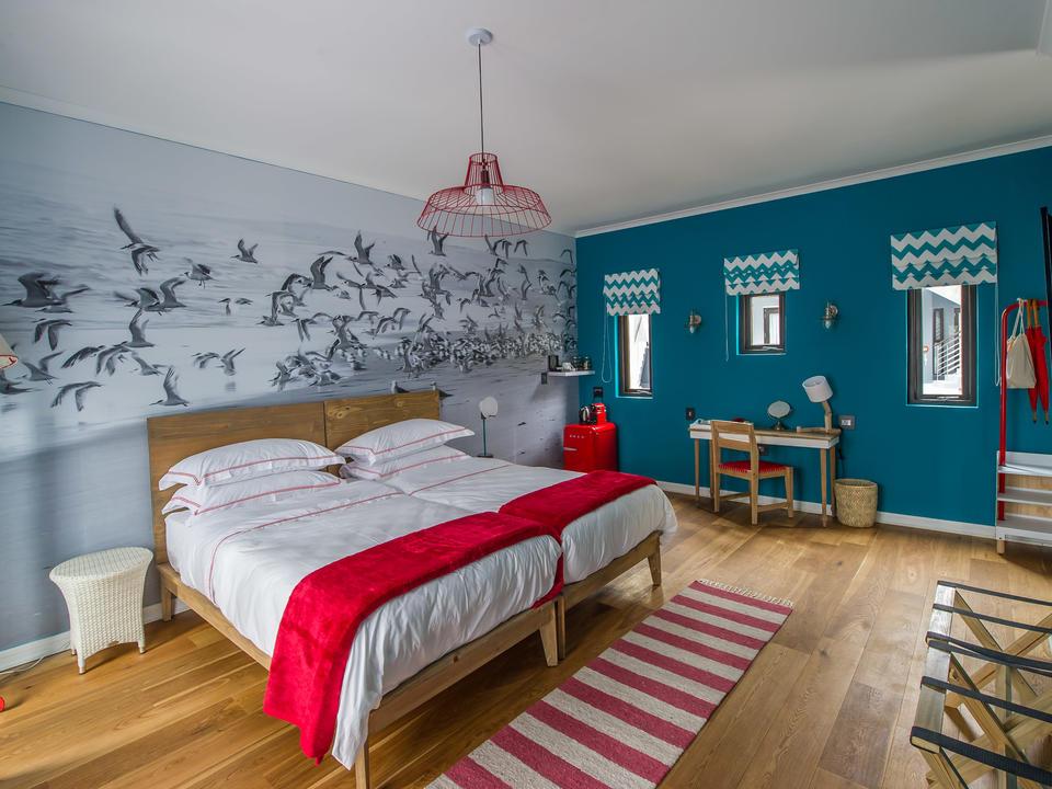 Die modernen, geräumigen Gästezimmer sind in den Farben des Ozeans und des Leuchtturms gehalten. Sie verfügen über ein Doppelbett, Bad, Klimaanlage, Tee-/Kaffeezubereitung, Kühlschrank, Föhn und Safe.