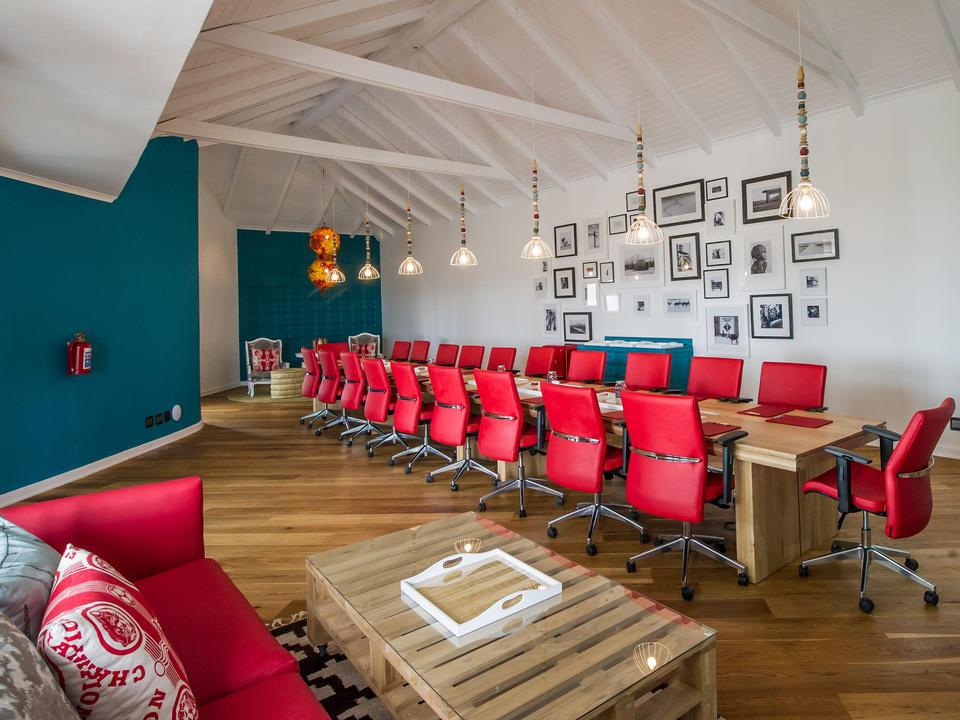 Die Konferenzräume sind mit Projektor und Leinwand ausgestattet.