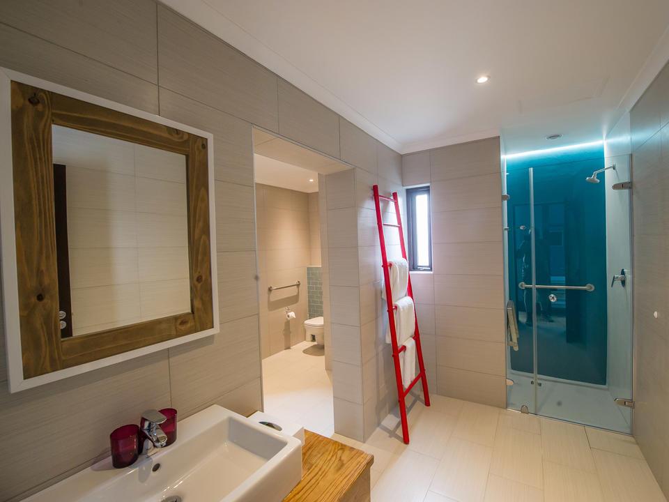 Die Badezimmer verfügen über Handtücher und Pflegeprodukte.