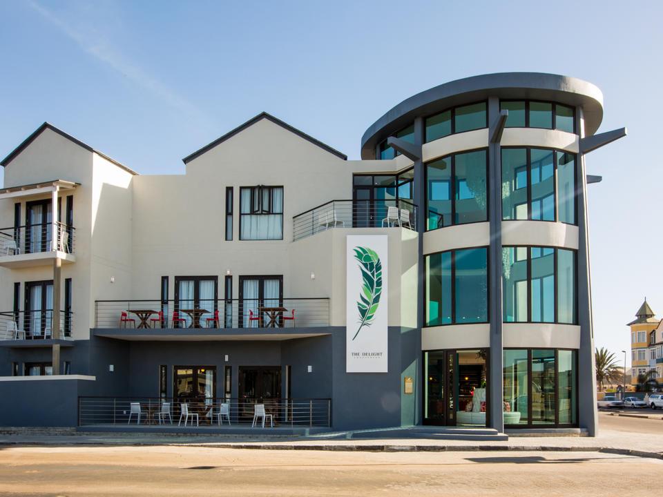 Café Anton, Bismarckplatz, Hohenzollernhaus, das alte Amtsgericht, die Eckkneipen mit dem Bier der reinen Brauart, die Bars von gestern und heute – in Swakopmund verschmelzen das alte und das neue Namibia zu einem einzigartigen Rührkuchen der Geschichte. Alles vom stylischen Designhotel The Delight Swakopmund zu Fuß erreichbar. Bis runter zur alten Jetty, der Landungsbrücke von damals und heutigem Wahrzeichen der Stadt.
