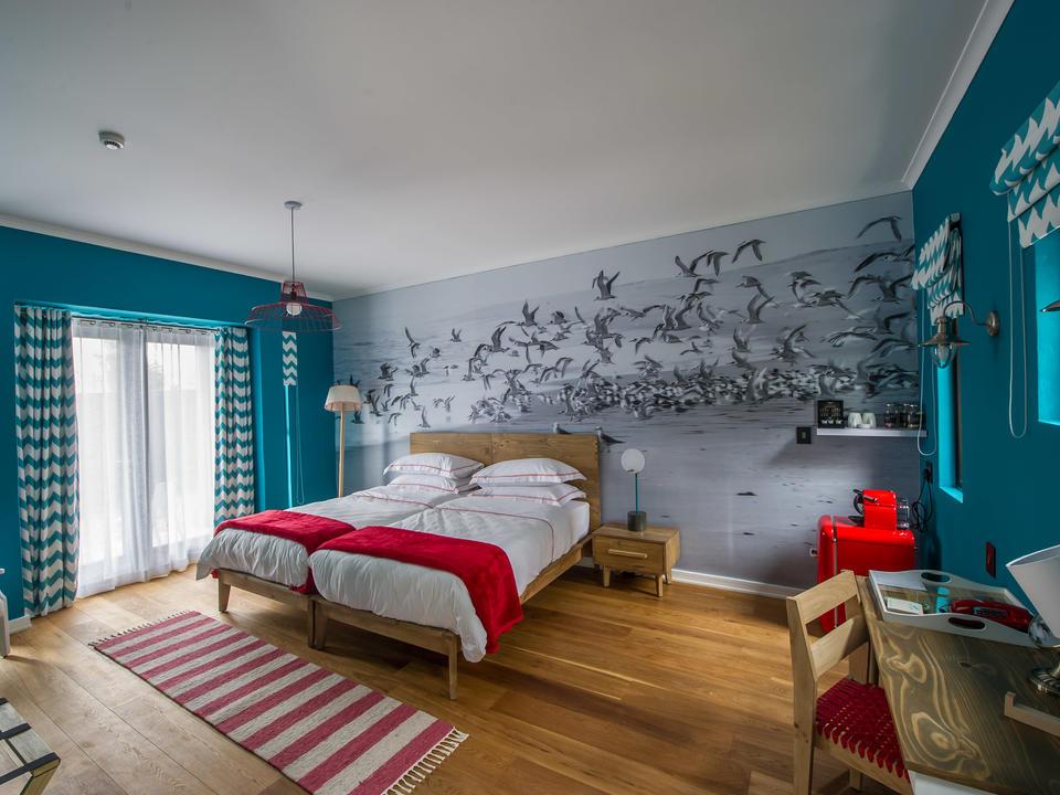 Alle Zimmer verfügen über ein Doppelbett, Bad, Klimaanlage, Tee-/Kaffeezubereitung, Kühlschrank, Föhn und Safe.
