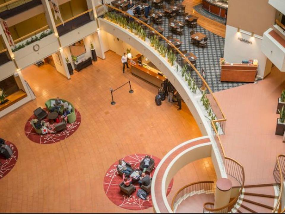Atrium des Holiday Inn Old Sydney, Empfangsbereich und Playfair Terrace Restaurant auf Ebene 1