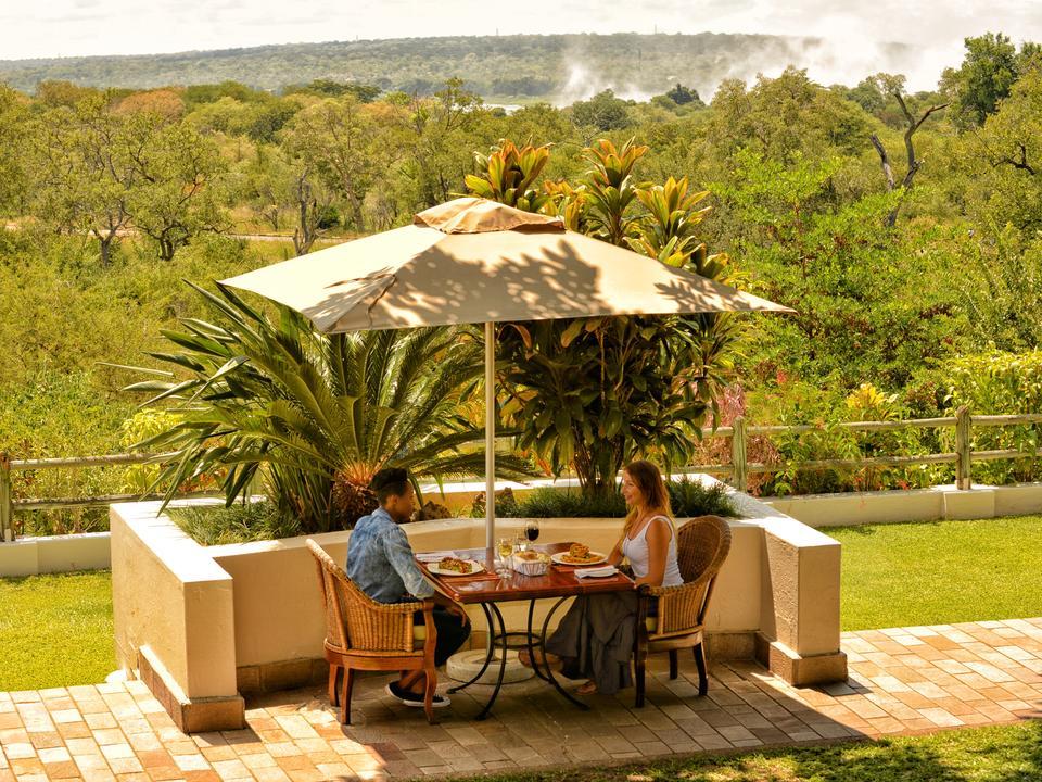 Essen im Palm Restaurant mit dem Spray der Falls im Hintergrund