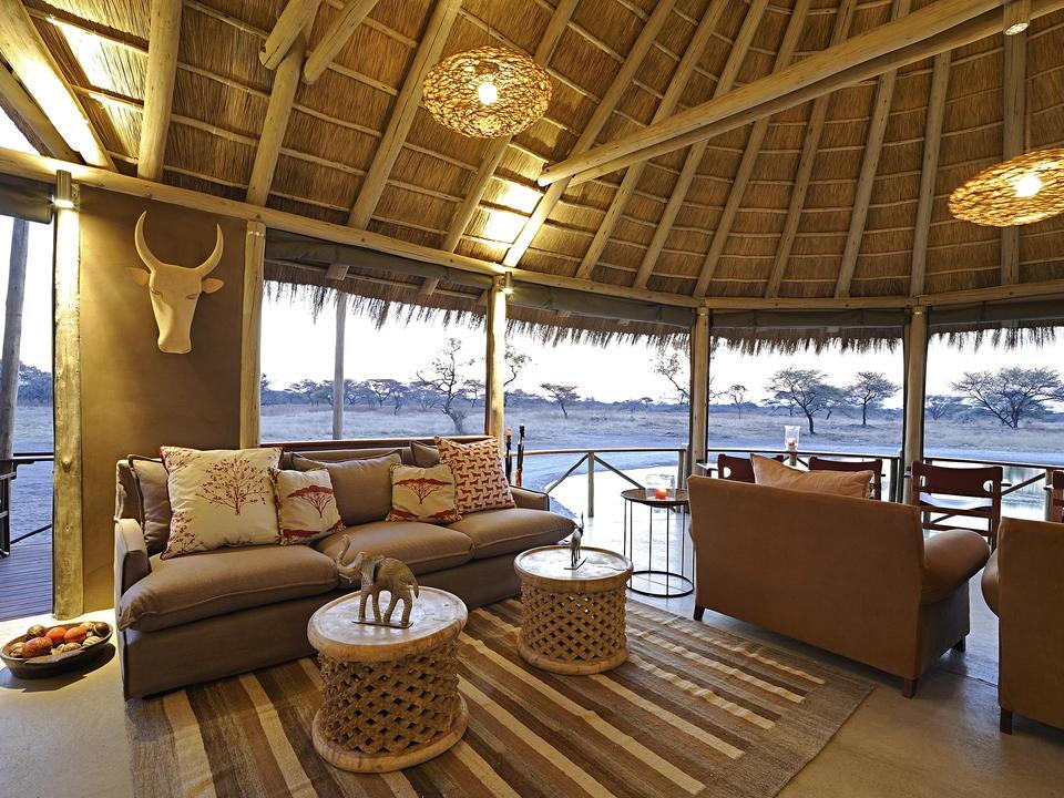 Die Lounge - ein perfekter Ort zum Entspannen und Blick auf das Wasserloch im Onguma Bush Camp