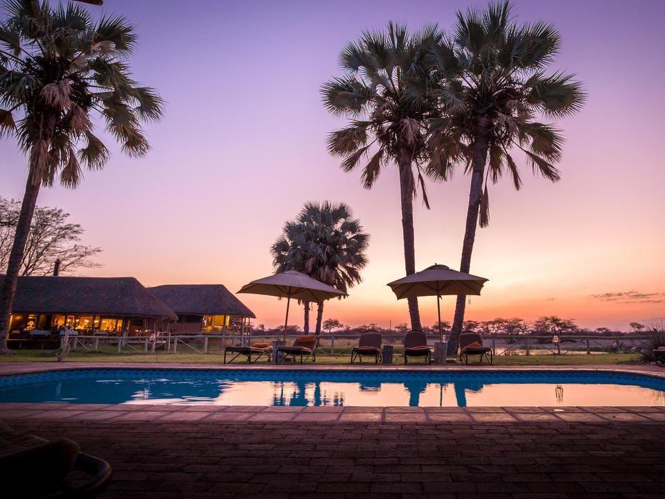 Blick auf den Sonnenuntergang über den Pool
