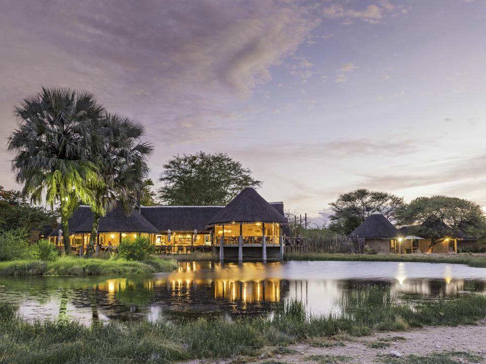 Onguma Bush Camp mit Blick auf das Wasserloch