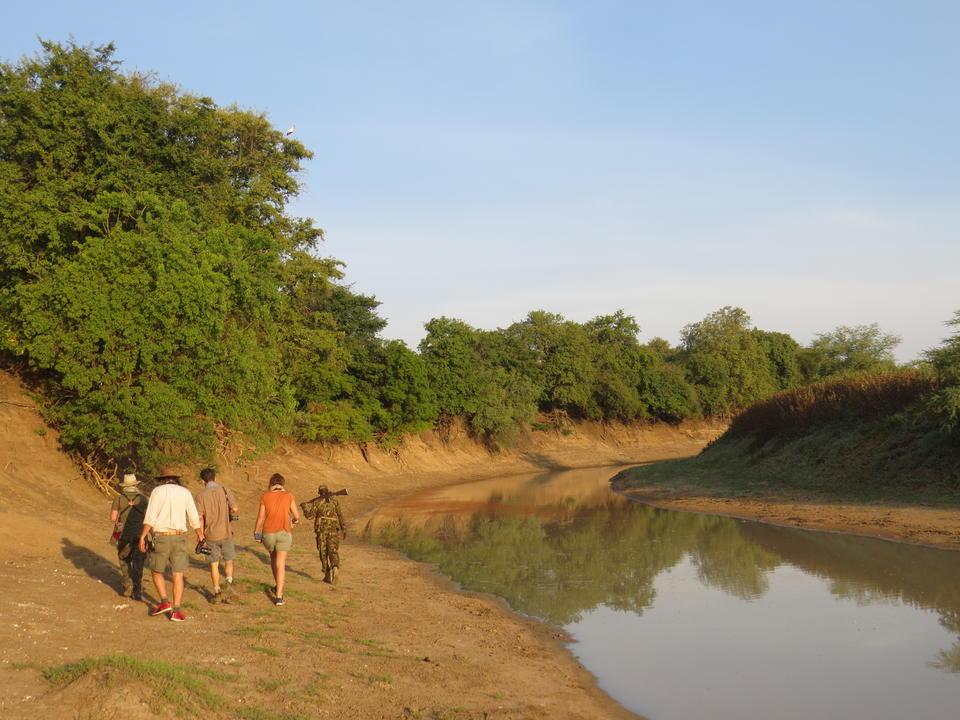 Spaziergang entlang des Flusses Salamat