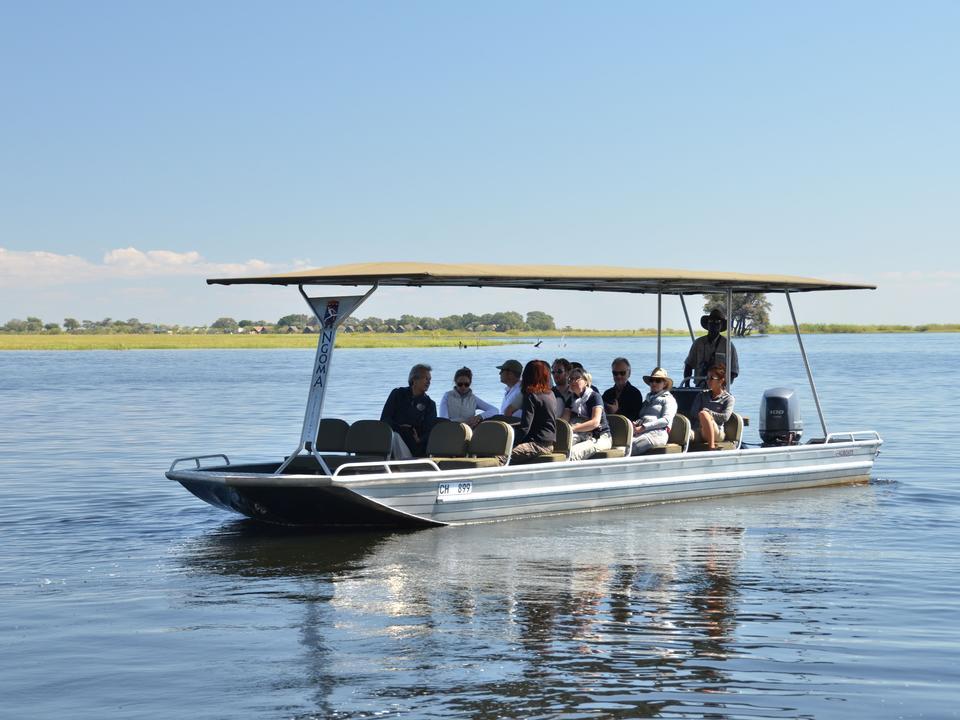Genießen Sie eine ganztägige Aktivität, die eine unvergessliche Bootsfahrt auf dem Chobe River mit einem Picknick-Mittagessen beinhaltet.