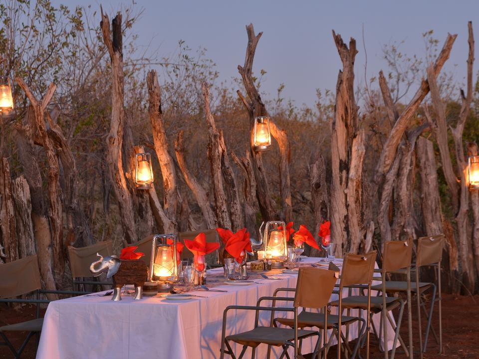Essen unter afrikanischem Himmel ist oft ein magisches Highlight für unsere Gäste