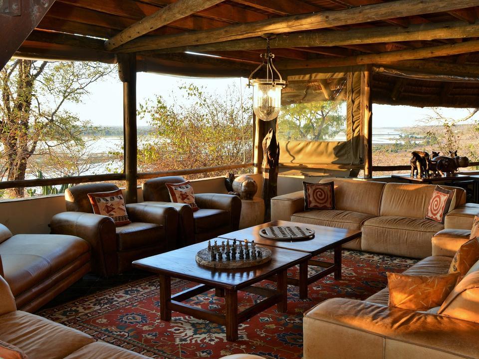 Mit herrlichem Blick über die Hochwasserebene durch das Camp ist die Lounge der perfekte Ort, um sich zu entspannen und die Chobe zu genießen.