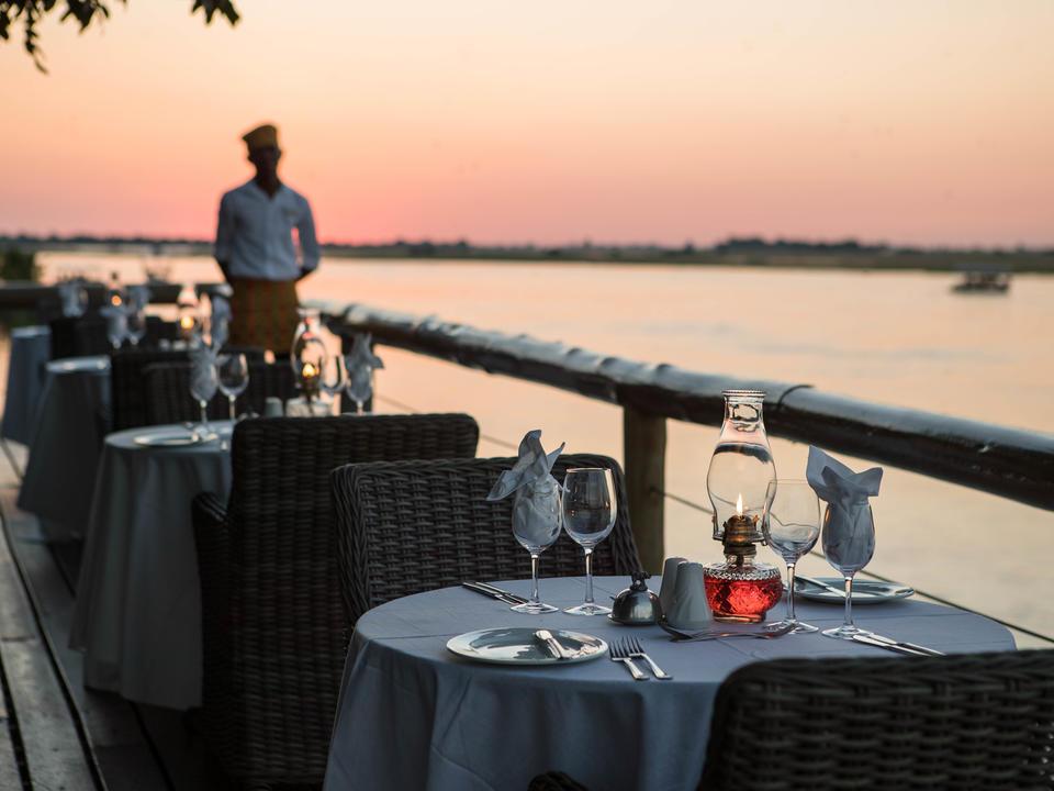 Speisen im Freien auf der Terrasse der Chobe Game Lodge mit Blick auf den Chobe River