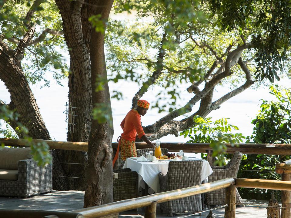 Frühstücks-Einrichtung unter der Tress auf dem Deck mit Blick auf den Chobe River