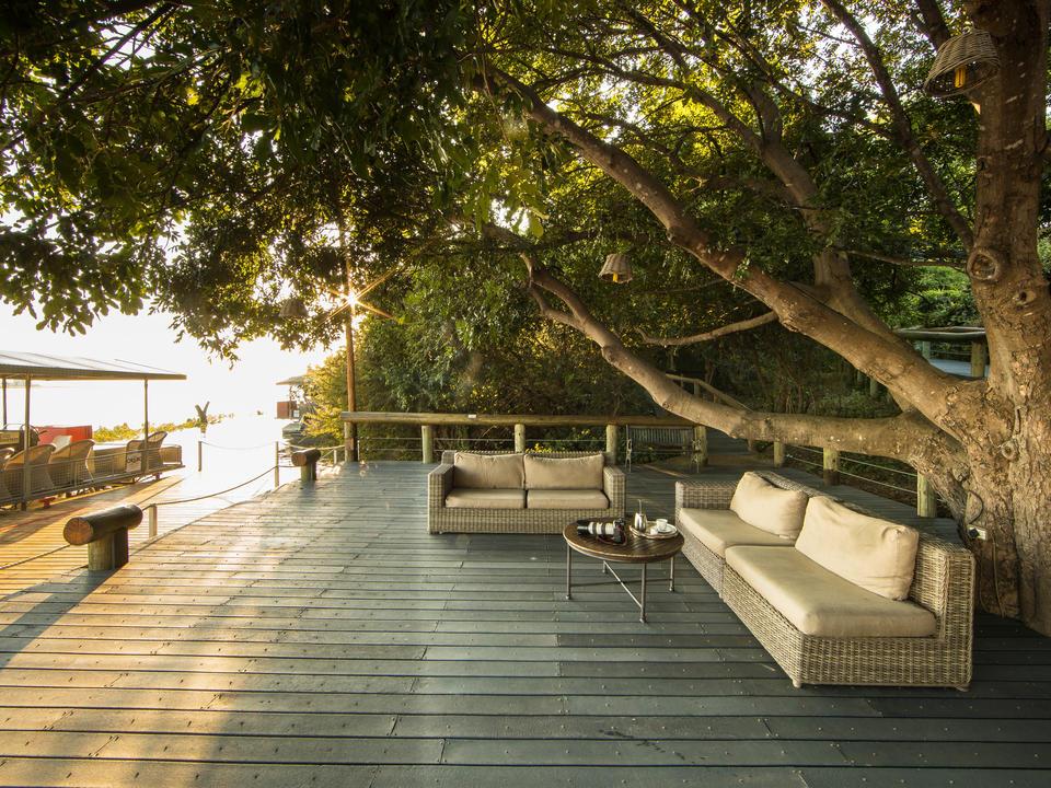 Die Chobe Game Lodge verfügt über eine erweiterte Terrasse am Rande des Chobe River mit mehreren gastronomischen Einrichtungen und Aussichtspunkten, um den Fluss zu genießen.