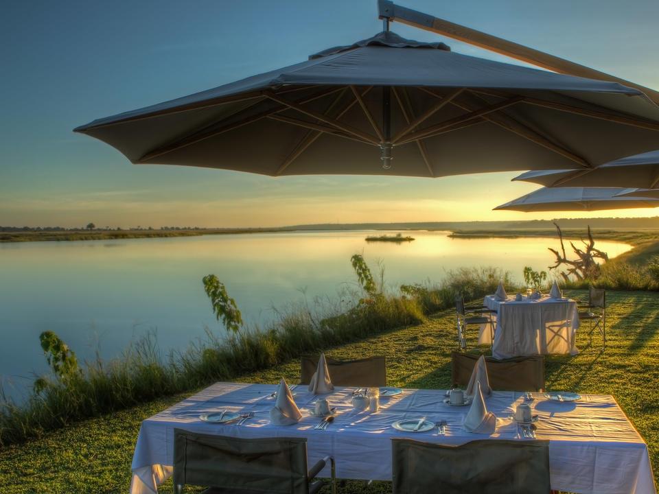 Essen auf dem Rasen in der Nähe des Boma in Chobe Game Lodge