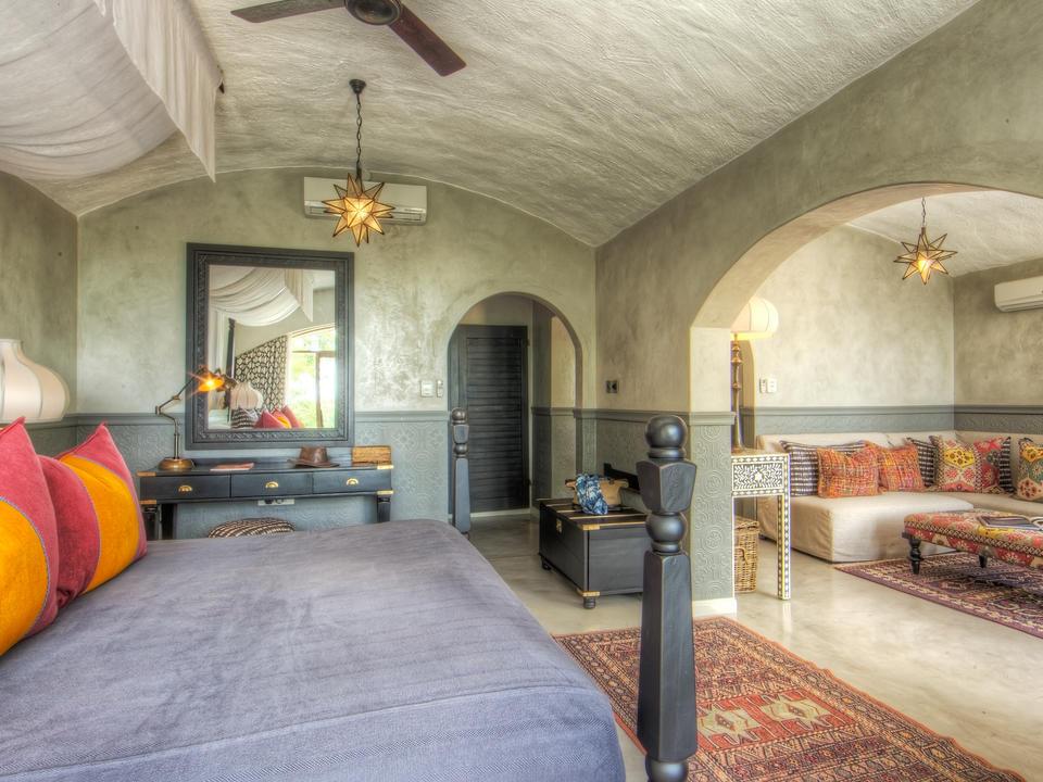Blick auf die Flitterwochen und die Familien-Suiten Hauptschlafzimmer, die durch die Lounge führen