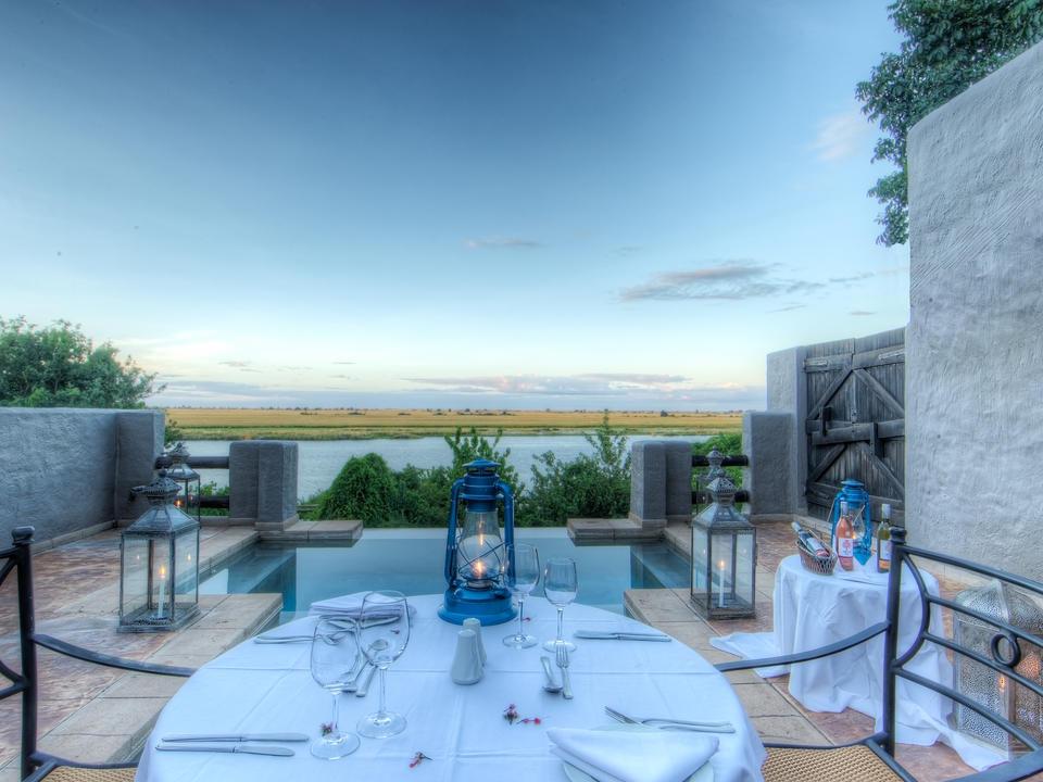 Die private Terrasse und das Tauchbecken in den Flitterwochen und Familiensuiten mit Blick auf den Chobe Fluss