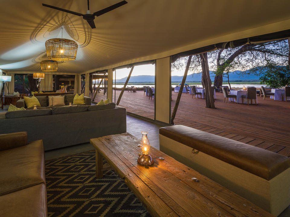 Gäste-Lounge und angrenzender Essbereich im Freien
