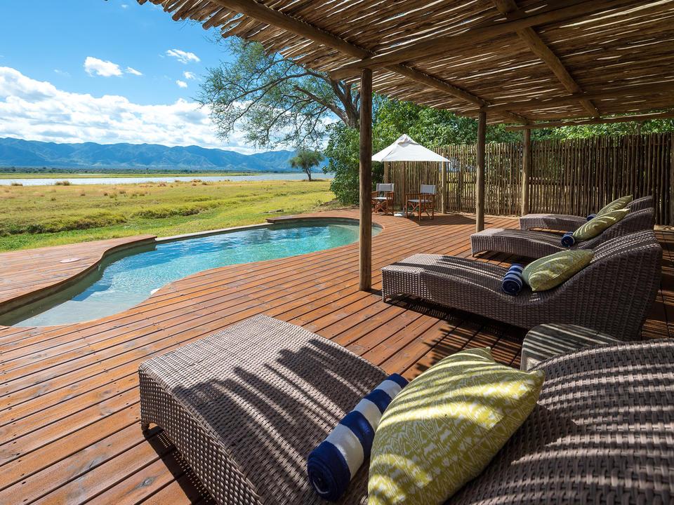 Der Poolbereich bietet einen herrlichen Blick auf den sambischen Stall über den Fluss