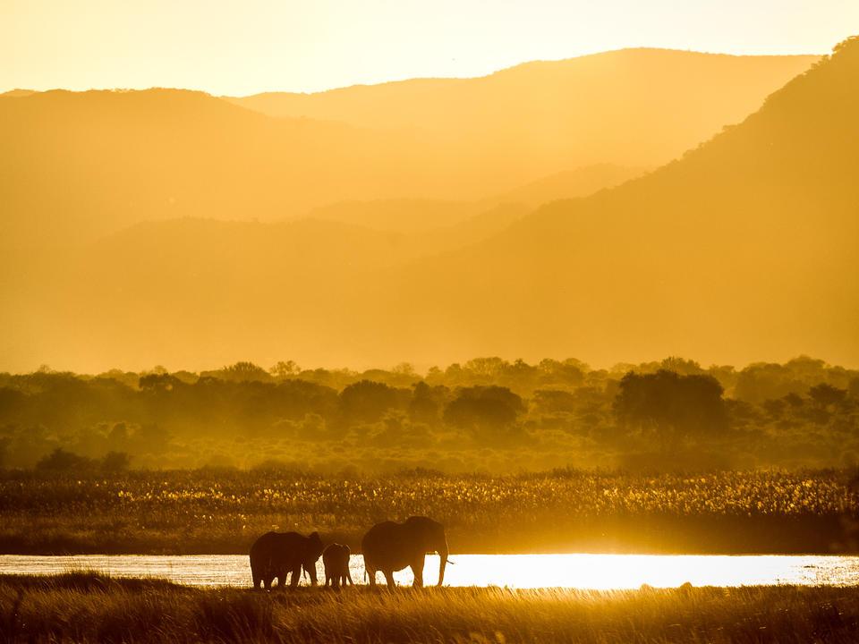 Der sambische Stall bietet eine dramatische fotografische Kulisse, egal ob bei Sonnenaufgang oder Sonnenuntergang